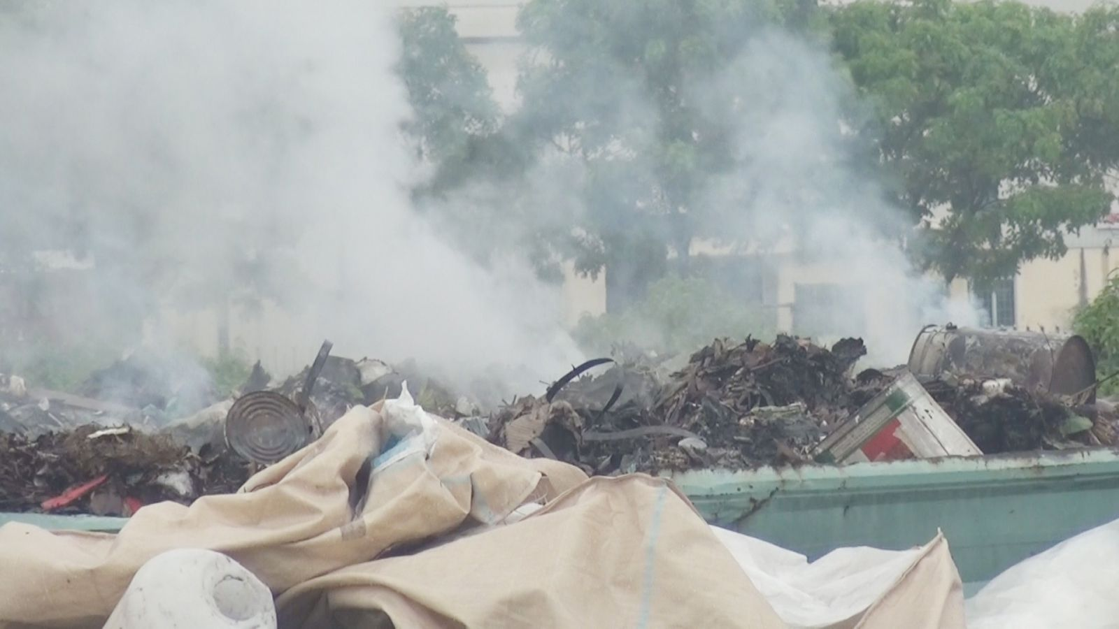 Bắt cơ sở đốt hàng chục tấn rác thải công nghiệp không qua xử lý